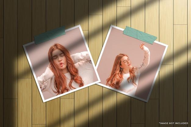 Mockup fotografico con doppia cornice di carta quadrata con sovrapposizione di ombre della finestra e sfondo in legno