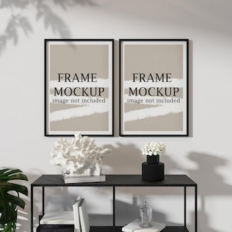 Due cornici nere in interni moderni