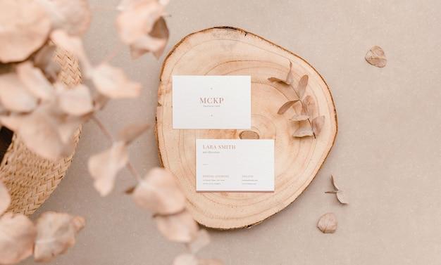 Due modelli di biglietti da visita con foglie di piante. presentazione organica in stile piatto lay