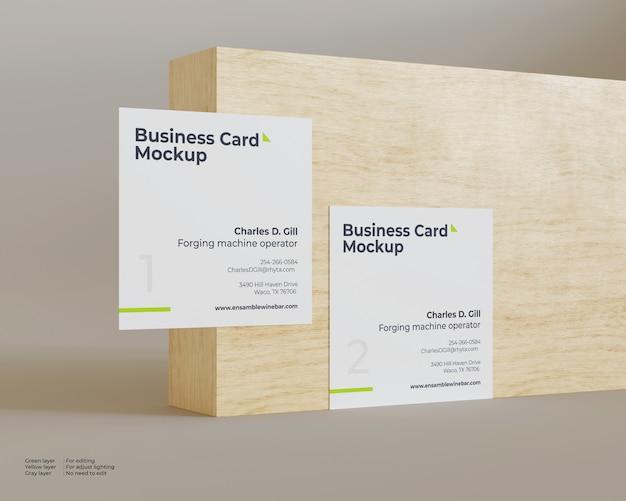 Un modello di due biglietti da visita davanti al legno