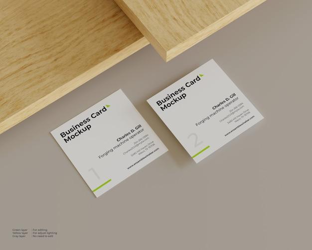 Un modello di due biglietti da visita sotto il legno