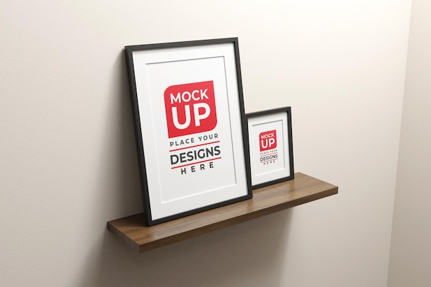Due foto o poster con cornice verticale sulla mensola in legno