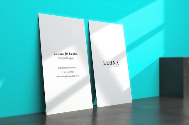 Due mockup di biglietti da visita verticali con sovrapposizione di ombre