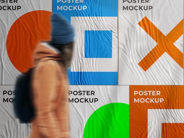 Poster di strada incollato con parete pubblicitaria urbana mockup su muro di mattoni