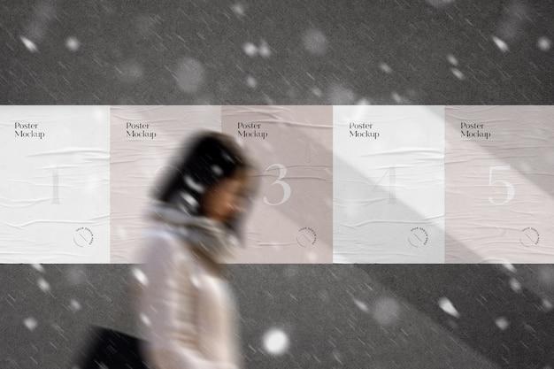 Mockup di poster incollato urbano in caso di pioggia