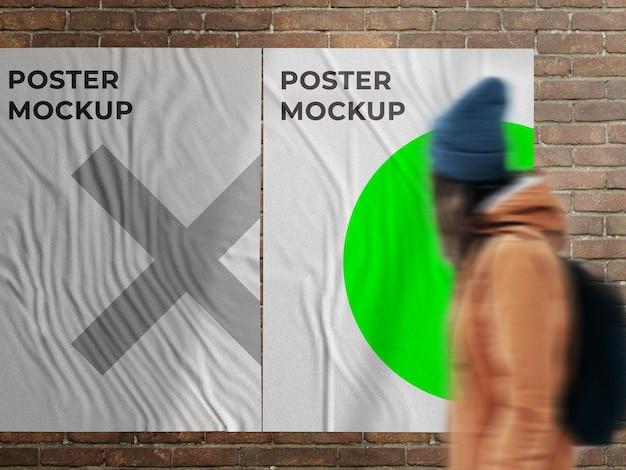Mockup di poster di strada incollato con muro promozionale urbano su muro di mattoni