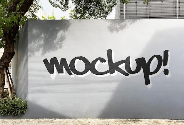 Mockup di graffiti sul muro di una strada urbana realistico