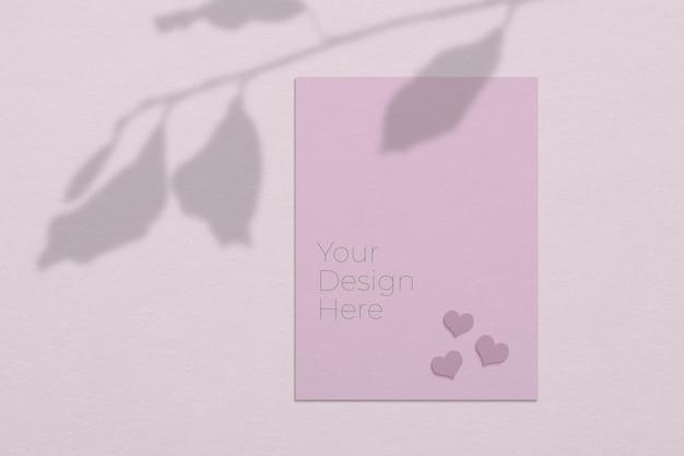 Mockup di concetto di giorno di san valentino di fogli di carta bianca con sovrapposizione di ombre di foglie di albero