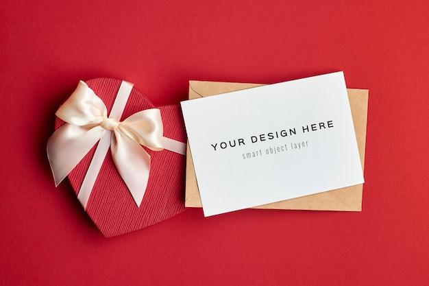 Mockup di carta di san valentino con busta e confezione regalo a cuore