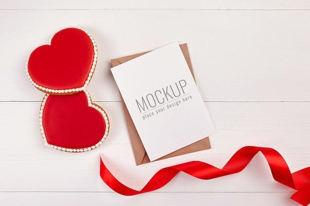Mockup di biglietto di auguri di san valentino con biscotti cuori dolci