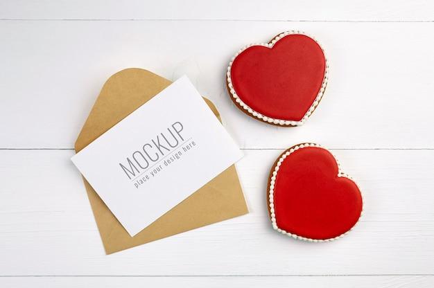 Mockup di carta dei desideri di san valentino con biscotti cuori dolci