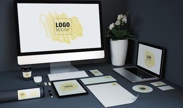 Vari elementi di branding e mockup di dispositivi