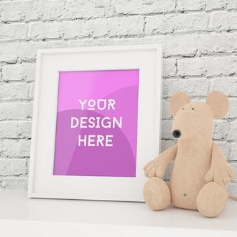 Foto con cornice verticale mock up con giocattolo e muro di mattoni bianchi nella stanza dei bambini
