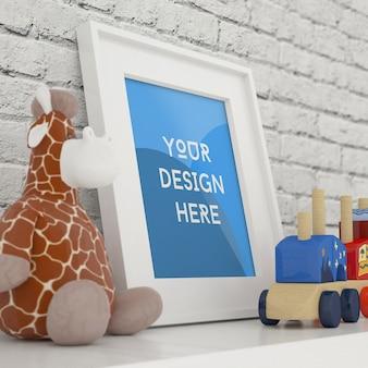 Foto con cornice verticale mock up con giocattoli e muro di mattoni bianchi nella stanza dei bambini