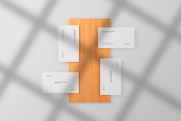 Mockup di biglietti da visita verticali e orizzontali su legno