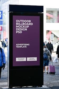 Mockup di pubblicità esterna verticale