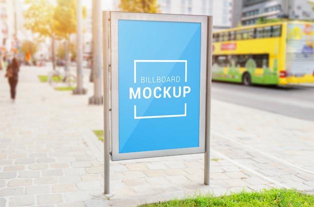 Modello verticale del tabellone per le affissioni della via sul marciapiede. livello oggetto intelligente per la promozione del design pubblicitario