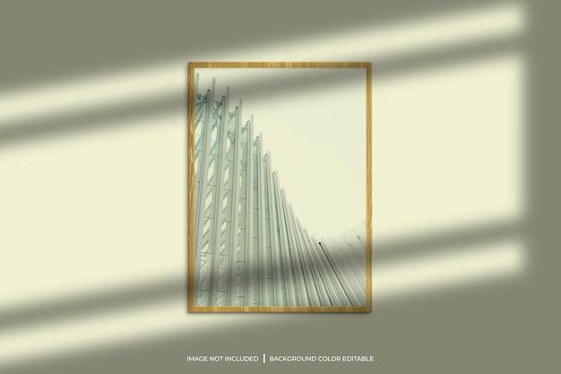 Mockup di cornice per foto verticale in legno con sovrapposizione di ombre e sfondo di colore pastello