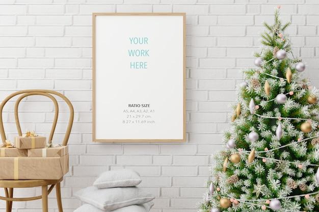 Mockup di cornice per foto poster in legno verticale e decorazioni natalizie