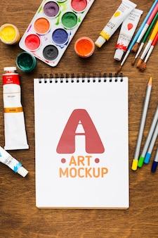 Sopra la scrivania dell'artista con i pennelli