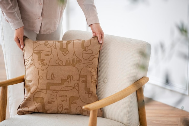Fodera per cuscino vintage in velluto mockup psd in un concetto di vita con motivo astratto