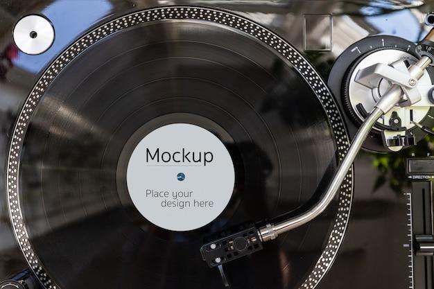 Modello di mockup di etichetta discografica in vinile. vista dall'alto dell'lp sul giradischi nero pronto per l'uso