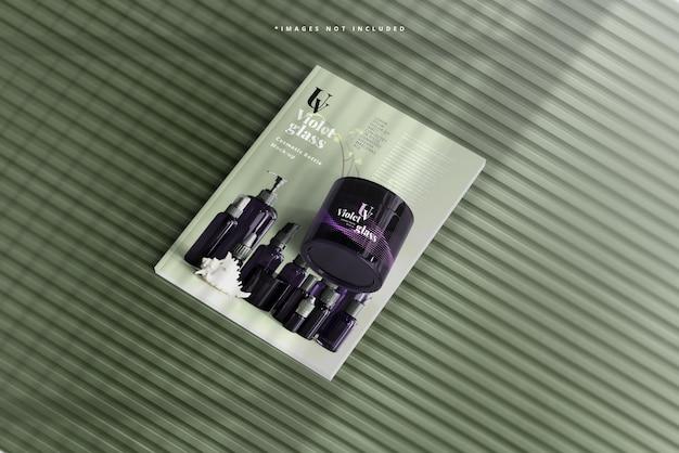 Vaso cosmetico in vetro viola con mockup di riviste
