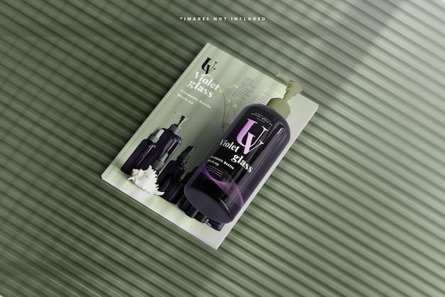 Bottiglia con pompa in vetro viola con mockup di riviste
