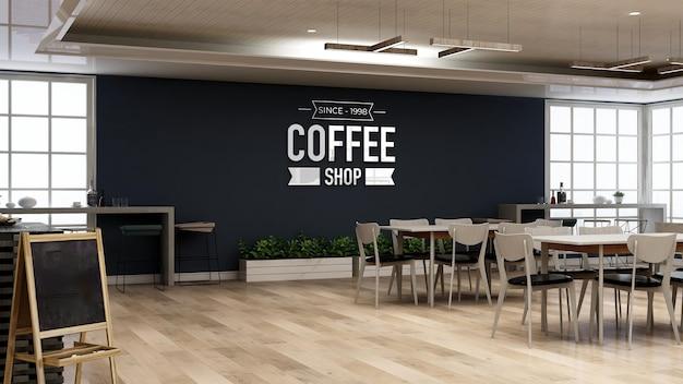 Modello di logo a parete nella caffetteria con tavolo e scrivania