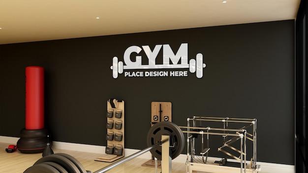 Mockup di logo da parete nella moderna sala fitness e palestra
