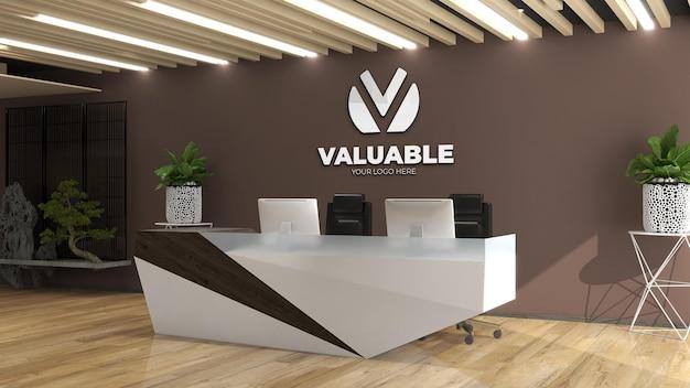 Mockup del logo della parete nell'addetto alla reception dell'ufficio o alla reception con parete marrone