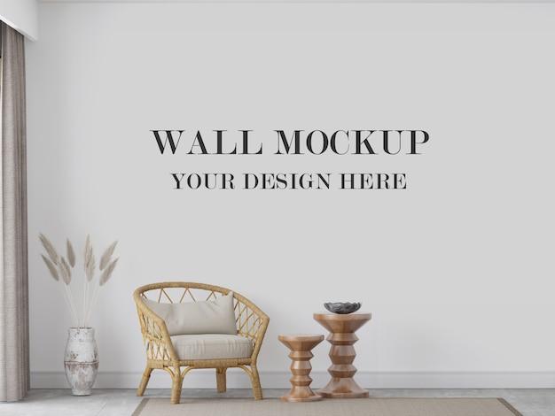 Mockup a parete dietro sedia e decorazioni in rattan