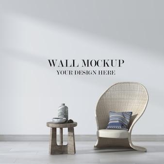 Mockup da parete con bellissima sedia in vimini
