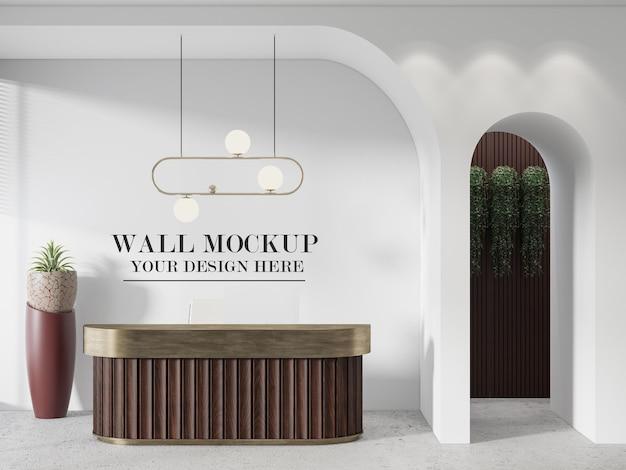 Mockup di parete dietro il banco della reception in legno
