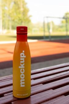 Composizione mock-up bottiglia d'acqua