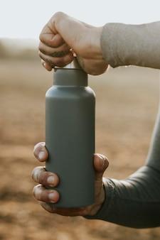 Bottiglie d'acqua mockup psd riprese all'aperto in acciaio inossidabile Psd Premium