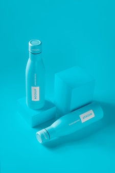 Modello di bottiglia con goccia d'acqua