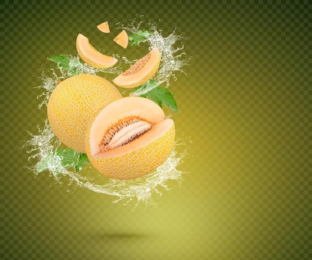 Spruzzata d'acqua su melone fresco con foglie isolate su sfondo verde psd premium