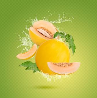 Spruzzi d'acqua sul melone fresco con foglie isolate