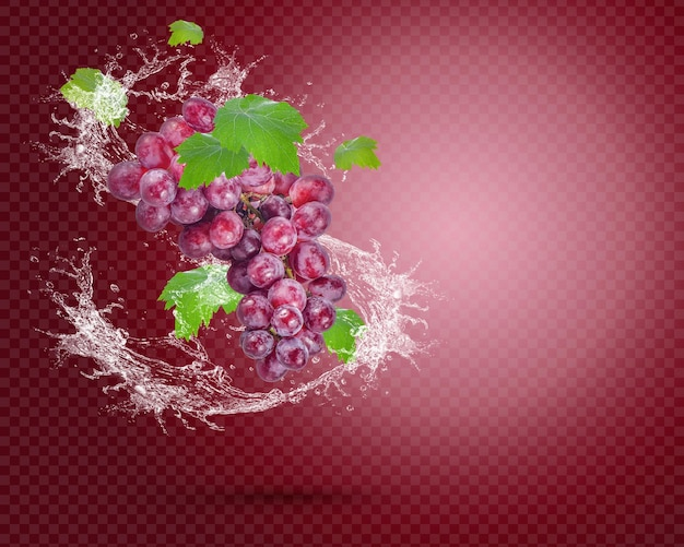 Spruzzi d'acqua sull'uva rossa fresca con foglie isolate su sfondo rosso. psd premium