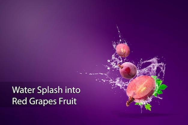 Acqua che spruzza sull'uva rossa fresca sopra rosso.