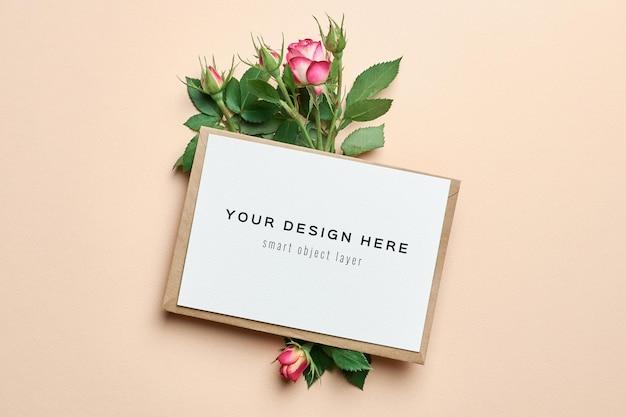 Mockup di biglietto di auguri di matrimonio con busta e fiori di rose