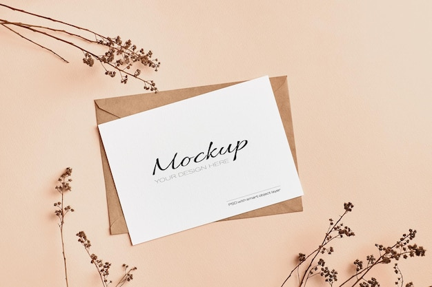 Mockup di carta di invito a nozze con decorazioni di ramoscelli di piante naturali secche