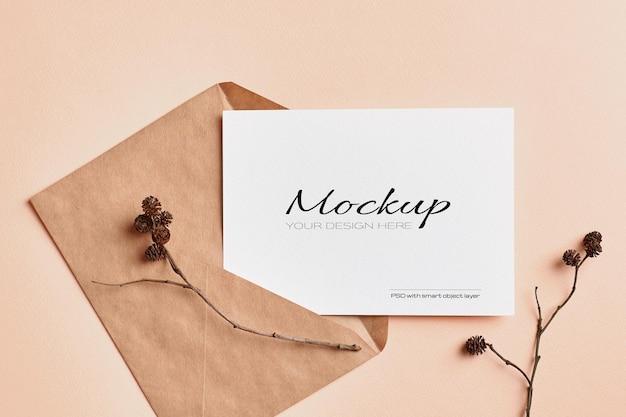 Mockup di carta di invito a nozze con decorazioni di ramoscelli di albero secco