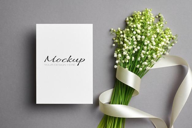 Invito a nozze o modello di biglietto di auguri con bouquet di fiori di mughetto con nastro