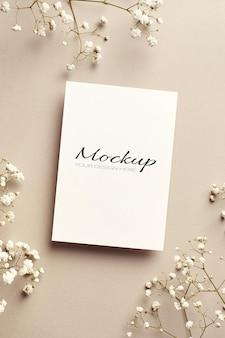Invito a nozze o biglietto di auguri mockup stazionario con fiori di hypsophila bianchi