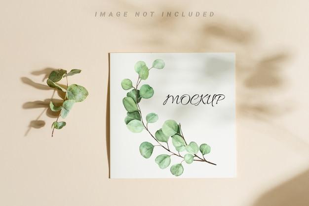Carta mockup invito a nozze con foglie di eucalipto