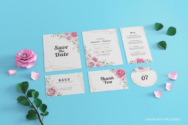 Carta di cancelleria mockup invito a nozze blu rosa