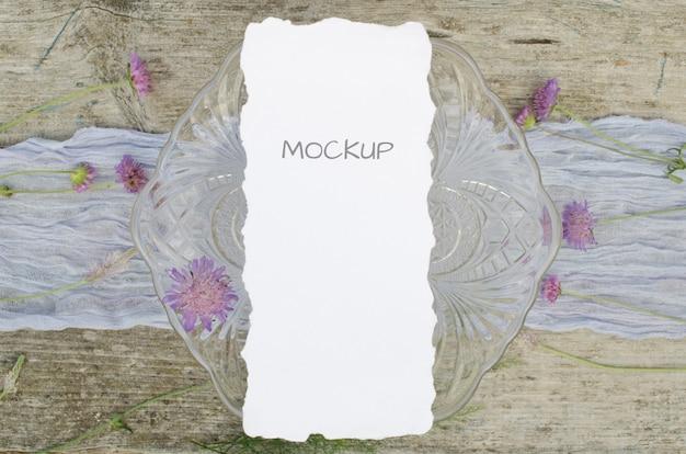 Mockup menu di nozze con fiori rosa su corridore viola e legno vecchio legno