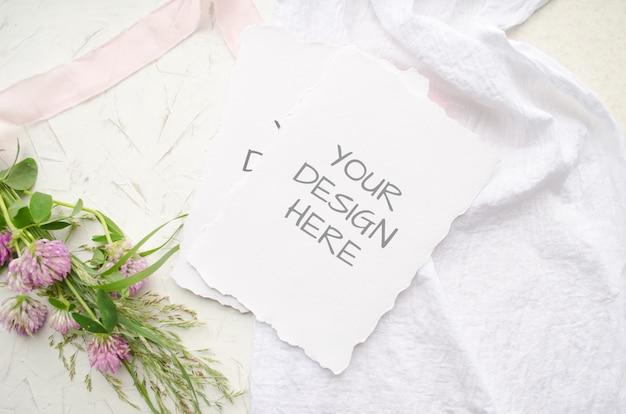 Modello di nozze con fiori rosa e delicati nastri di seta su bianco
